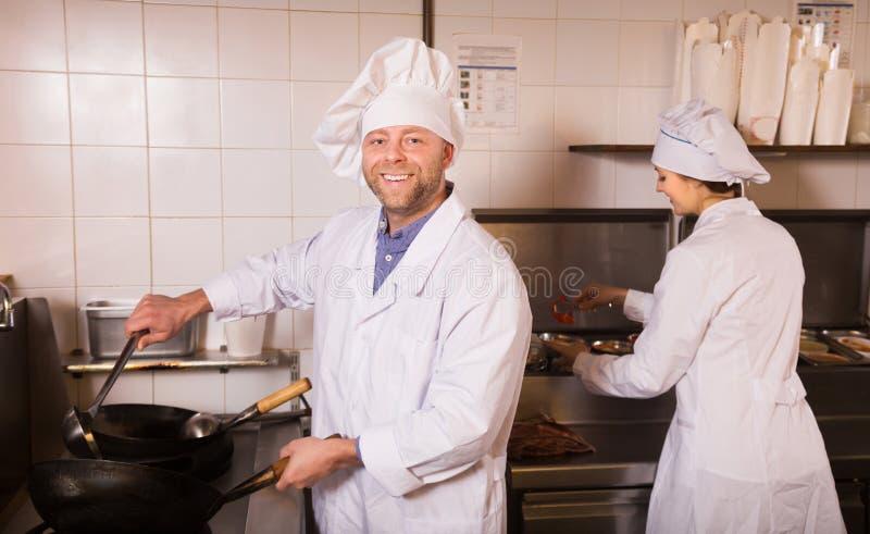 Μάγειρες που χαιρετούν τους πελάτες στο bistro στοκ εικόνες με δικαίωμα ελεύθερης χρήσης