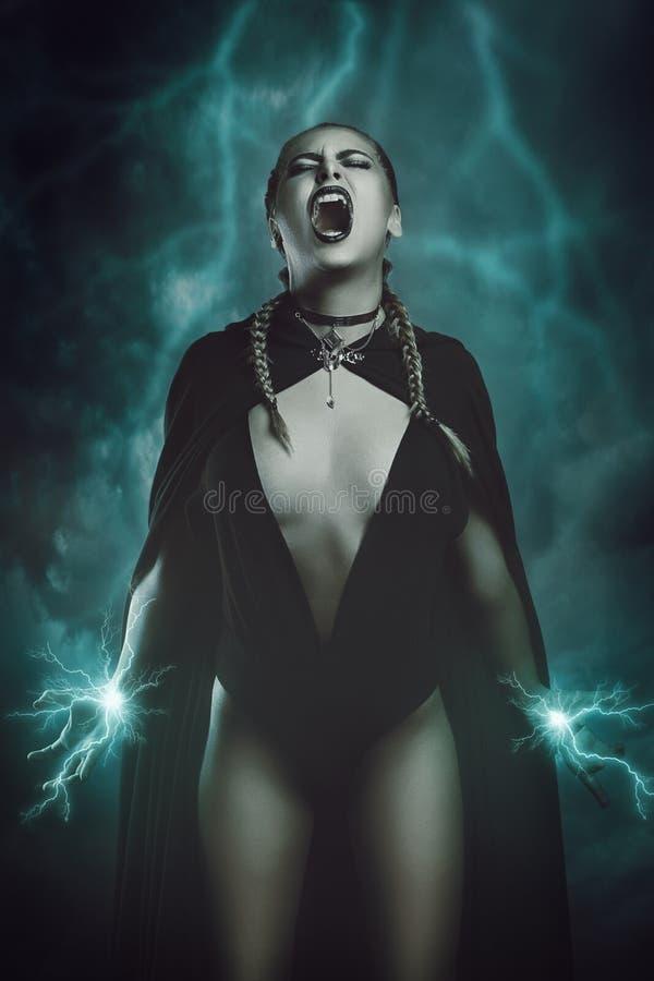 Μάγισσα βροντής που καλεί τις μαγικές δυνάμεις στοκ εικόνα