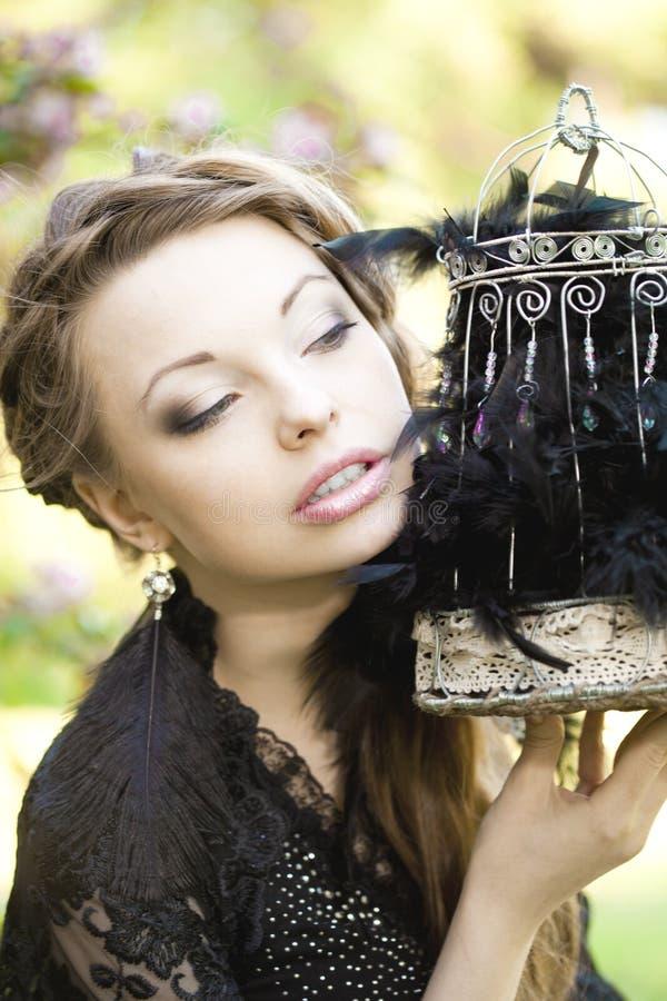 Μάγισσα με ένα παράξενο κλουβί στοκ εικόνα με δικαίωμα ελεύθερης χρήσης