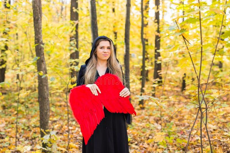 Μάγισσα με τα κόκκινα φτερά στοκ φωτογραφία