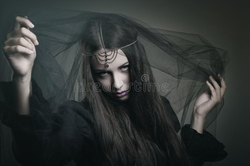 Μάγισσα ομορφιάς με το μαύρο πέπλο στοκ εικόνα
