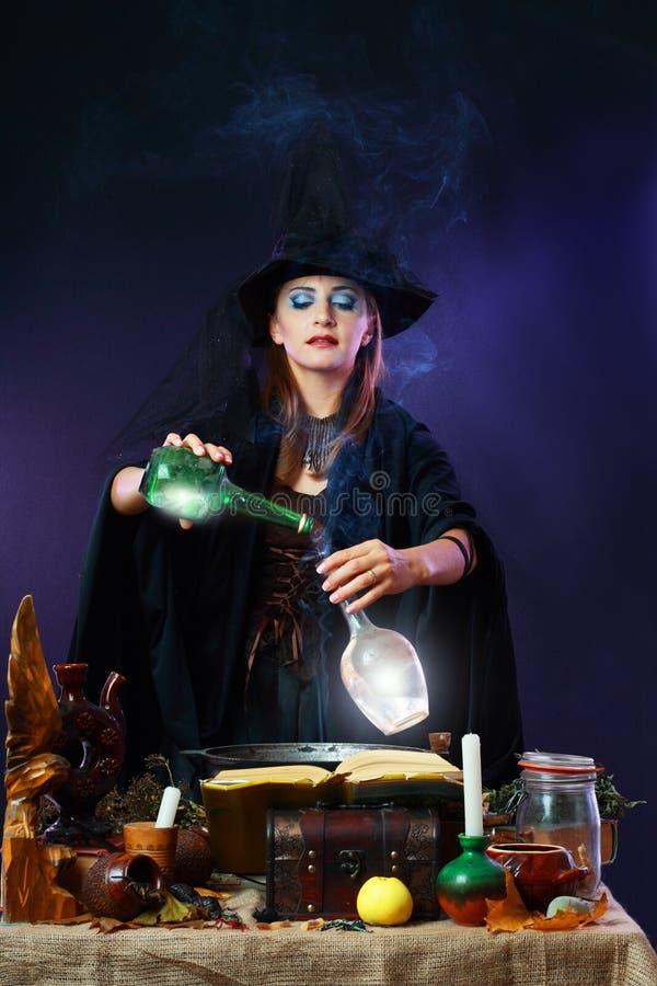 Μάγισσα που κατασκευάζει τη φίλτρο στοκ εικόνα