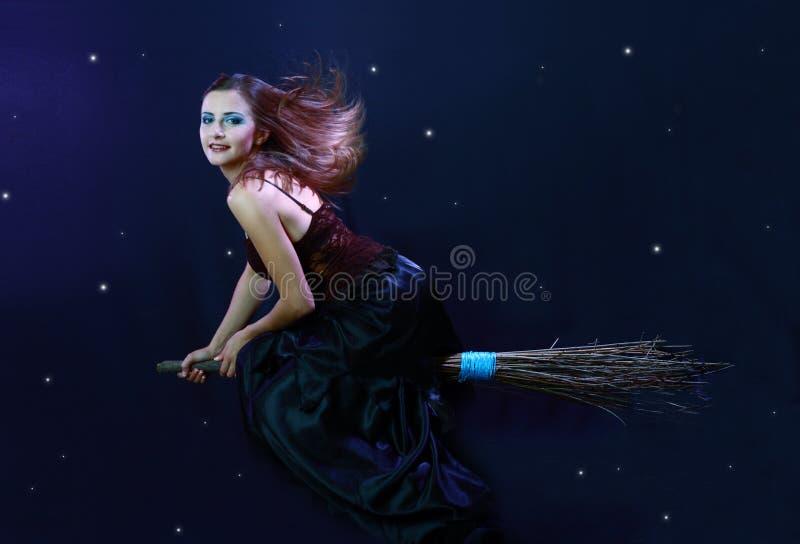 Μάγισσα που πετά στη σκούπα στοκ φωτογραφίες