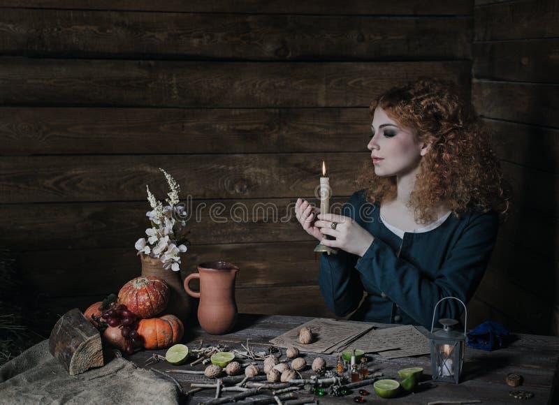 Μάγισσα που προετοιμάζει τη φίλτρο στοκ φωτογραφία με δικαίωμα ελεύθερης χρήσης