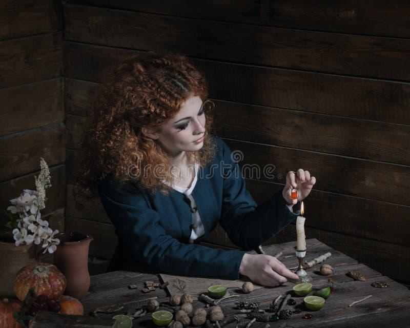 Μάγισσα που προετοιμάζει τη φίλτρο στοκ εικόνες