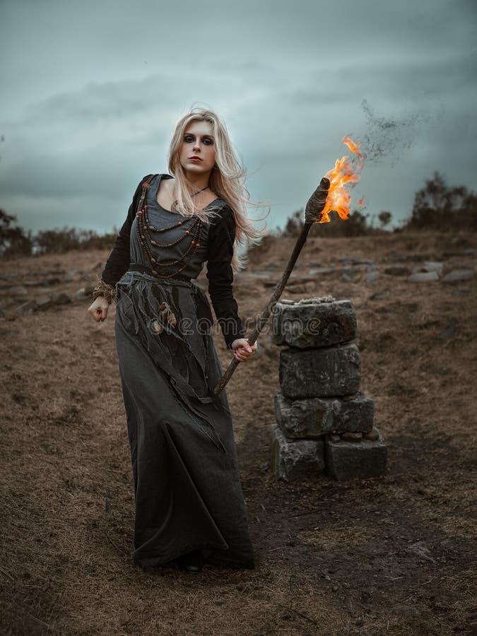 Μάγισσα σε ένα μακρύ μαύρο φόρεμα στοκ φωτογραφίες με δικαίωμα ελεύθερης χρήσης