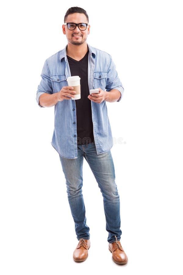 Μάγκα Hipster που χρησιμοποιούν το τηλέφωνό του στοκ φωτογραφία