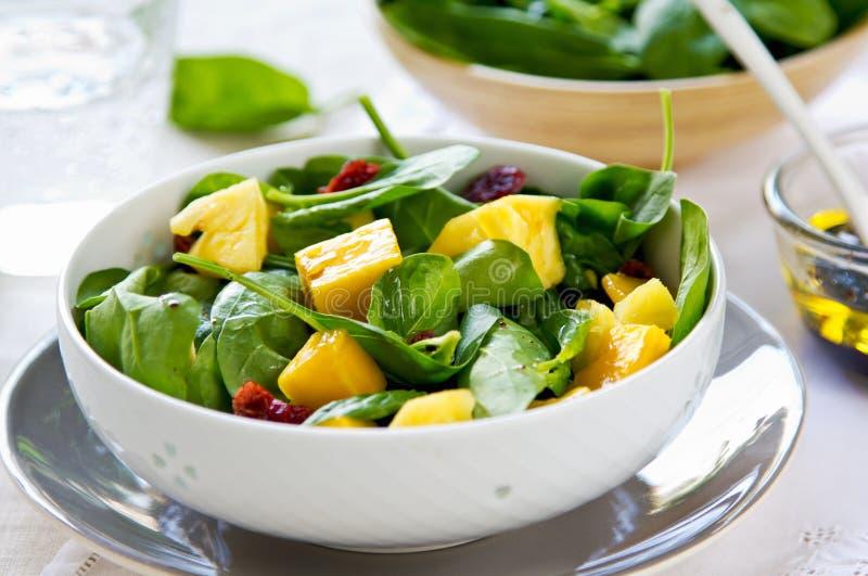 Μάγκο και ανανάς με τη σαλάτα σπανακιού στοκ φωτογραφίες