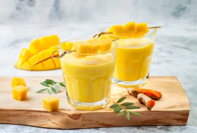 Μάγκο Lassi, γιαούρτι ή καταφερτζής με turmeric Υγιές probiotic ινδικό κρύο θερινό ποτό στοκ εικόνες με δικαίωμα ελεύθερης χρήσης
