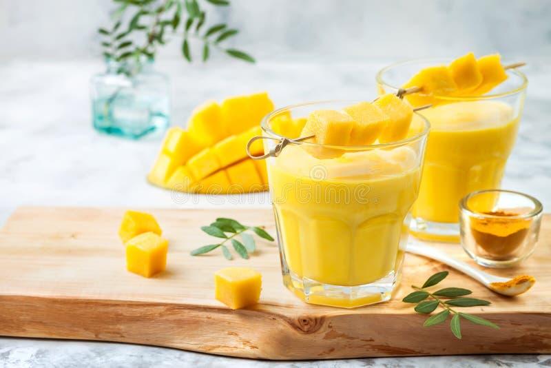 Μάγκο Lassi, γιαούρτι ή καταφερτζής με turmeric Υγιές probiotic ινδικό κρύο θερινό ποτό στοκ φωτογραφία με δικαίωμα ελεύθερης χρήσης