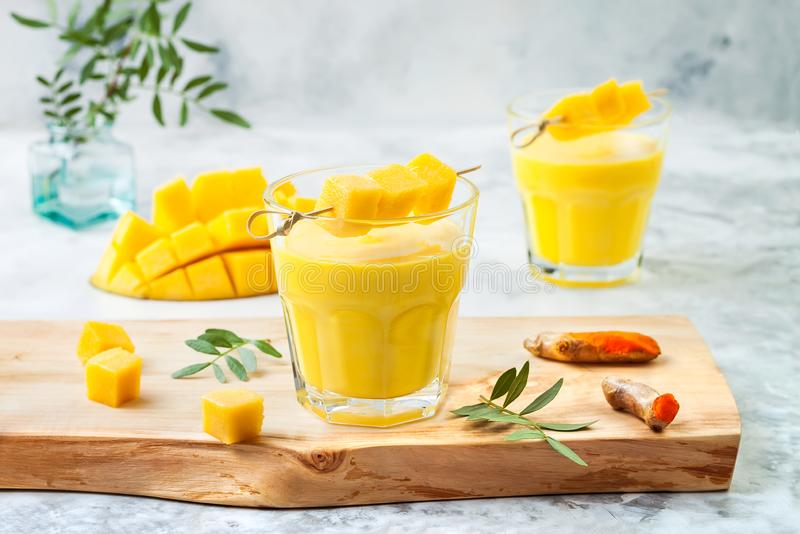 Μάγκο Lassi, γιαούρτι ή καταφερτζής με turmeric Υγιές probiotic ινδικό κρύο θερινό ποτό στοκ εικόνα