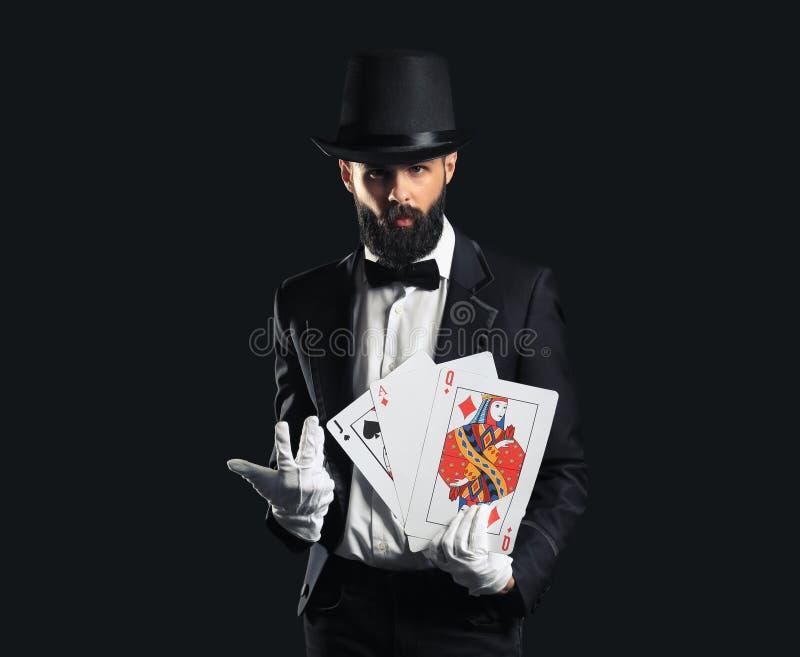 Μάγος με τις κάρτες στο σκοτεινό υπόβαθρο στοκ εικόνες