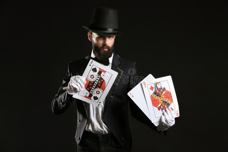 Μάγος με τις κάρτες στο σκοτεινό υπόβαθρο στοκ εικόνες με δικαίωμα ελεύθερης χρήσης