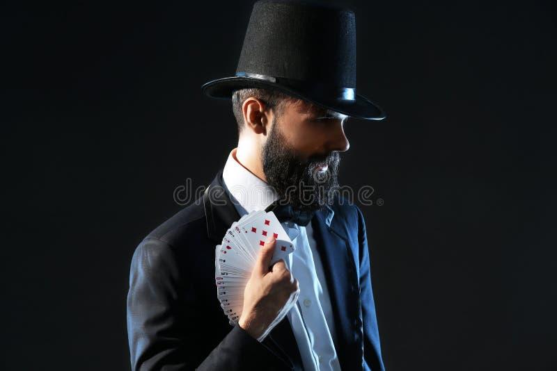 Μάγος με τις κάρτες στο σκοτεινό υπόβαθρο στοκ εικόνα