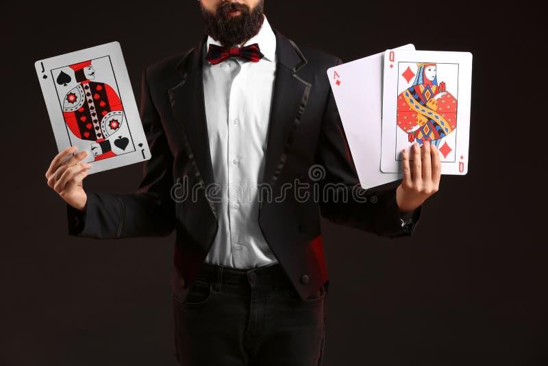 Μάγος με τις κάρτες στο σκοτεινό υπόβαθρο στοκ φωτογραφίες