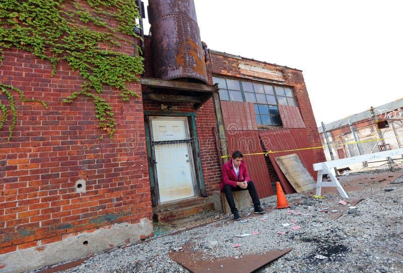 Μάγος στο Ντιτρόιτ Μίτσιγκαν που κάνει την οδό μαγική στο εγκαταλειμμένο κτήριο στην πόλη μηχανών στοκ φωτογραφία