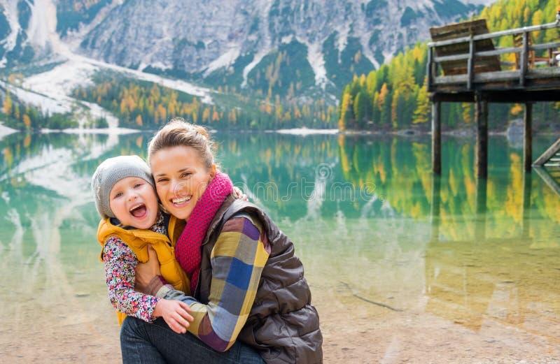 Μάγουλο γέλιου μητέρων και κορών στο μάγουλο στη λίμνη Bries στοκ φωτογραφία
