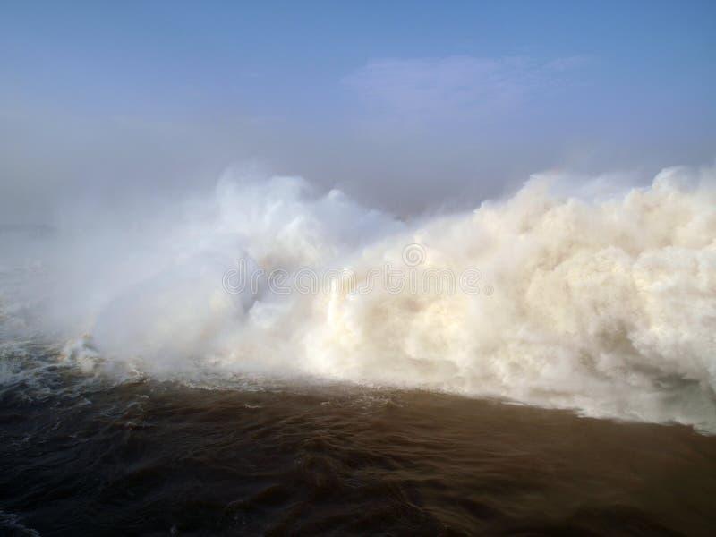 Μάζες νερού στην έξοδο του σταθμού υδροηλεκτρικής ενέργειας Merowe στοκ φωτογραφία