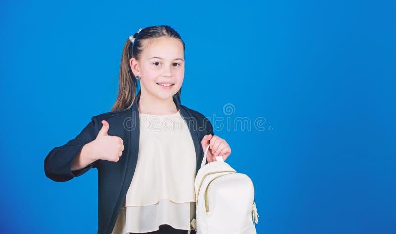 Μάθετε πώς κατάλληλο σακίδιο πλάτης σωστά Το κορίτσι λίγο μοντέρνο cutie φέρνει το σακίδιο πλάτης Έννοια τάσης μόδας παιδιών Μαθή στοκ φωτογραφία