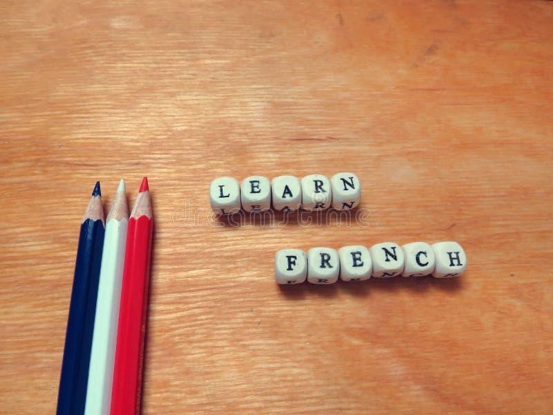Μάθετε τα γαλλικά και χρωματισμένα μολύβια στοκ φωτογραφία με δικαίωμα ελεύθερης χρήσης