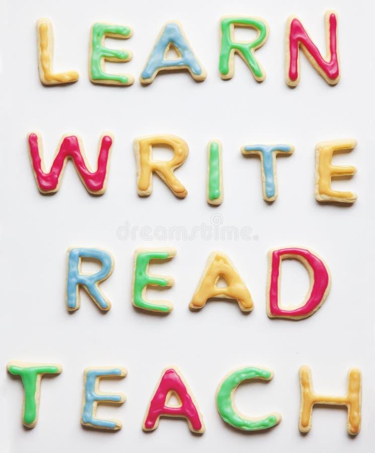 Μάθετε ότι γράψτε διαβασμένος και διδάξτε τα διακοσμημένα μπισκότα στοκ φωτογραφίες