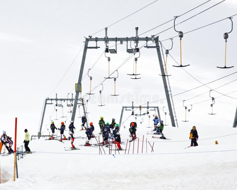 Μάθημα σκι για τα παιδιά, παγετώνας Hintertux, Austri στοκ εικόνες