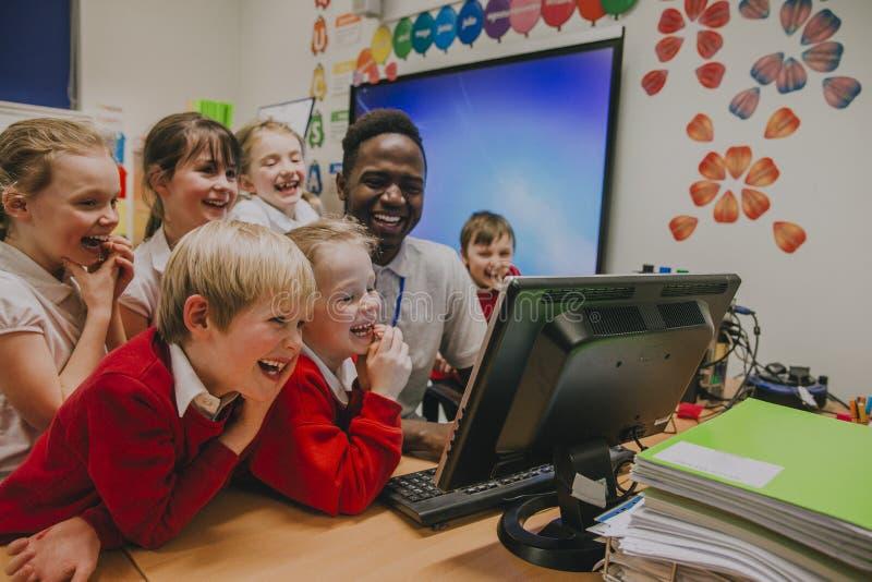 Μάθημα υπολογιστών στο σχολείο στοκ εικόνα
