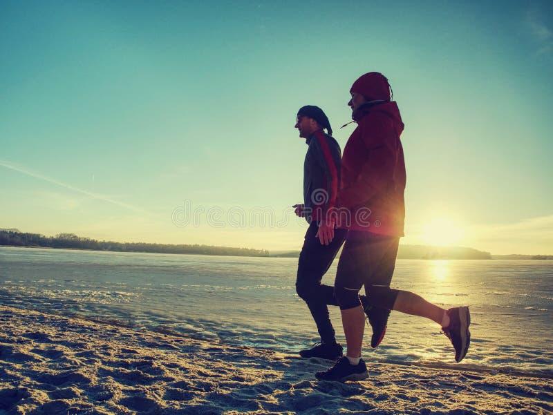 Μάθημα χειμερινού αθλητισμού Ενεργός κατάρτιση ανθρώπων ικανότητας που οργανώνεται έξω στοκ εικόνες
