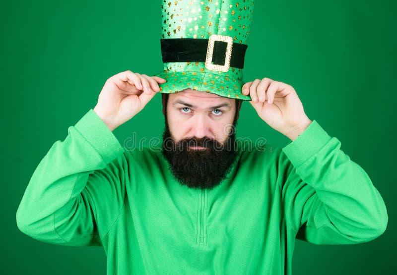 Μάιος η τύχη των Ιρλανδών είναι με σας Ιρλανδικό άτομο με τη φθορά γενειάδων πράσινη Hipster στο κοστούμι leprechaun σχετικά με τ στοκ φωτογραφίες με δικαίωμα ελεύθερης χρήσης