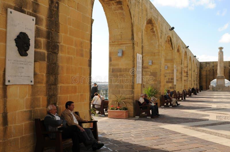 Μάλτα: Τα arcades στον ανώτερο κήπο Baracca στην πόλη Valletta στοκ εικόνα