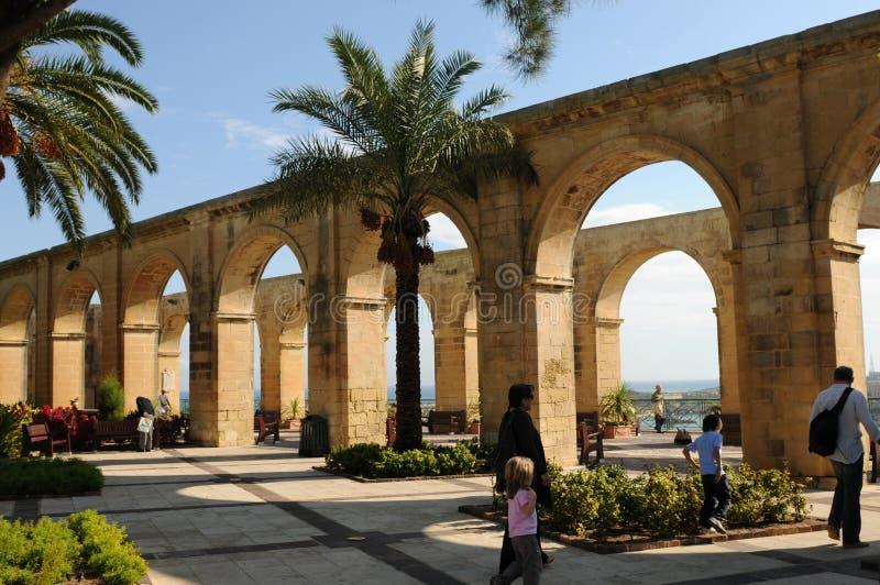 Μάλτα: Τα arcades του ανώτερου κήπου Baracca στην πόλη Valletta στοκ φωτογραφίες