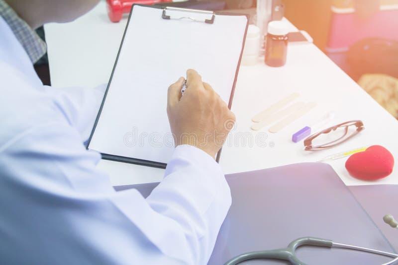 Μάνδρα εκμετάλλευσης γιατρών που δείχνει το σχέδιο θεραπείας του καρκίνου εκθέσεων για το γραφείο με το φως ηλιοβασιλέματος στοκ φωτογραφία με δικαίωμα ελεύθερης χρήσης