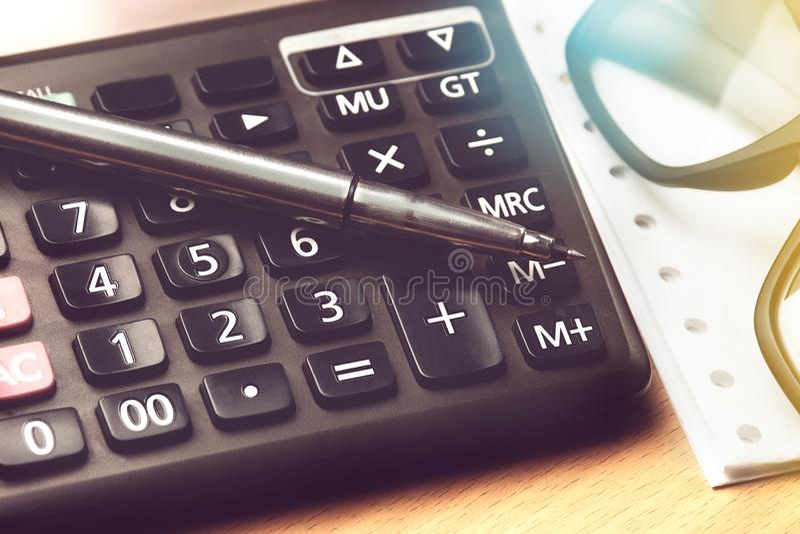 Μάνδρα και eyeglasses στο κουμπί υπολογιστών αριθμού στοκ φωτογραφία με δικαίωμα ελεύθερης χρήσης