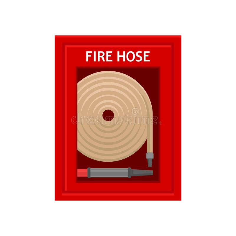 Μάνικα πυρκαγιάς έκτακτης ανάγκης μέσα στο κόκκινο κιβώτιο τοίχων μετάλλων με το γυαλί Εργαλείο πρόληψης φλογών Ζωηρόχρωμο επίπεδ ελεύθερη απεικόνιση δικαιώματος