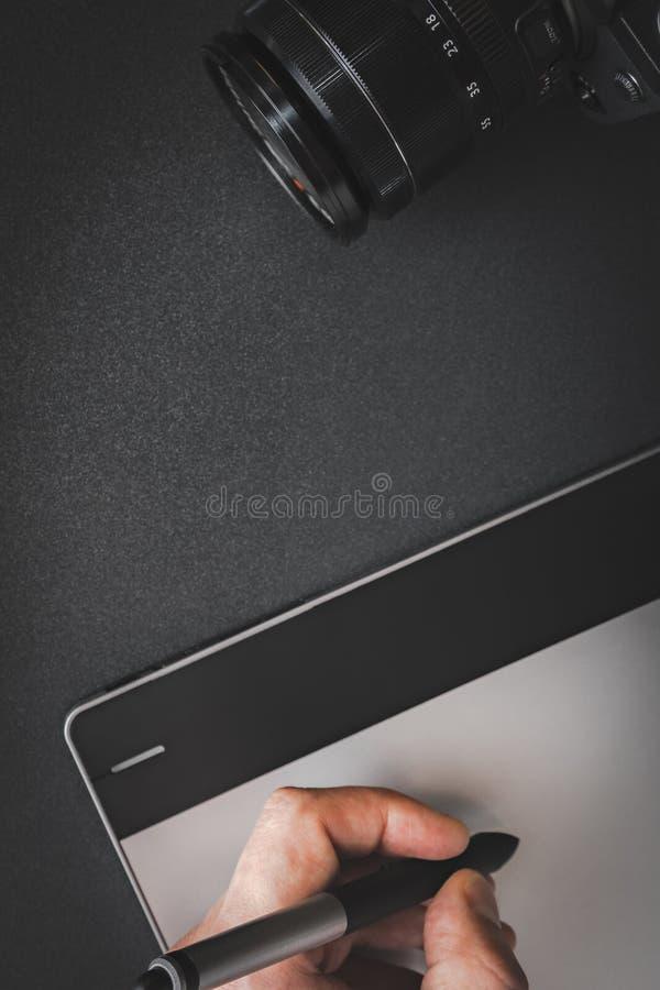 Μάνδρα εκμετάλλευσης χεριών στη γραφική ταμπλέτα στοκ εικόνα με δικαίωμα ελεύθερης χρήσης