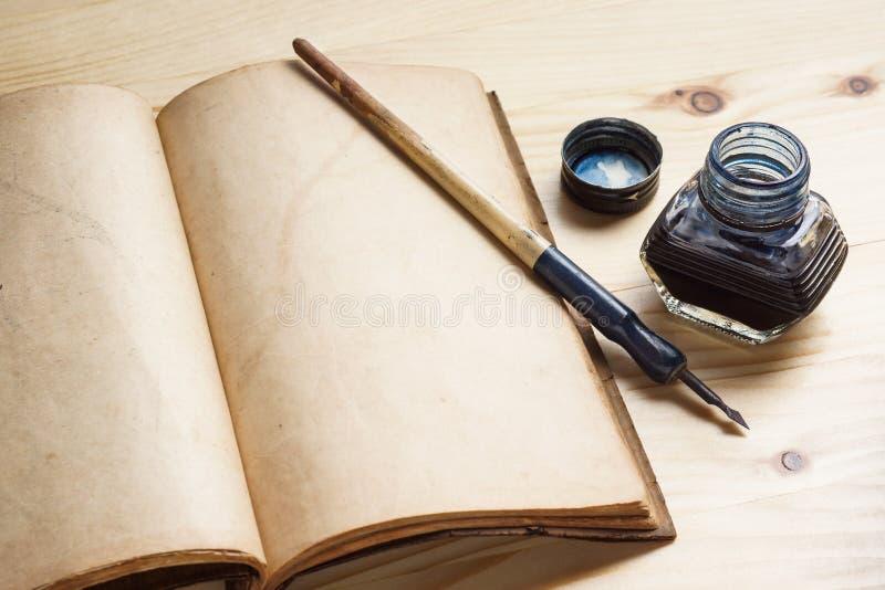 Μάνδρα καλαμιών με το inkwell στοκ φωτογραφίες