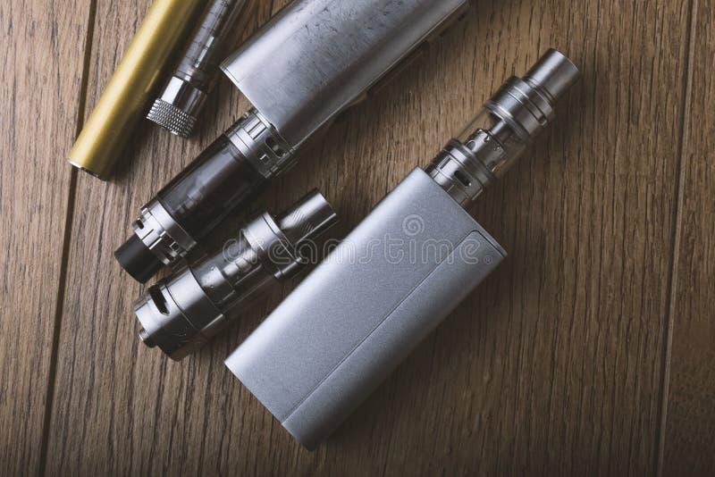 Μάνδρα Vape και vaping συσκευές, νεαροί δικυκλιστές, ψεκαστήρες, ε cig, τσιγάρο ε στοκ εικόνα