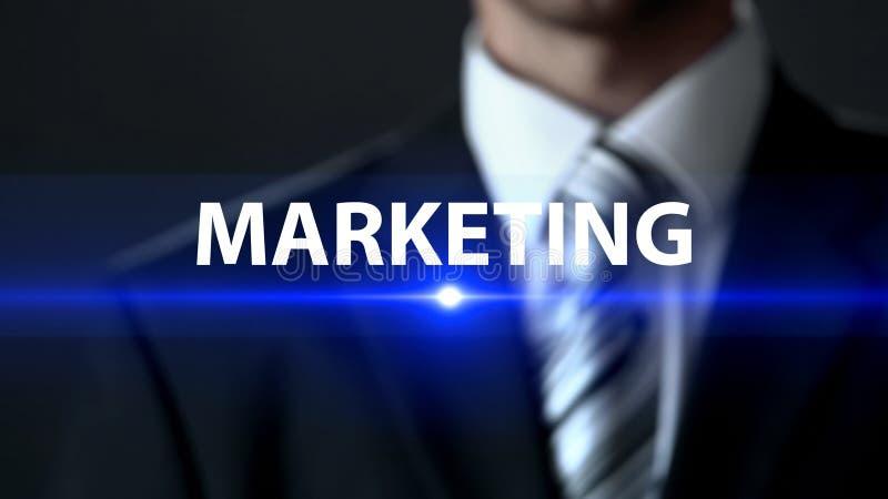 Μάρκετινγκ, άτομο στο κοστούμι που στέκεται μπροστά από την οθόνη, προώθηση και διαφήμιση στοκ εικόνα με δικαίωμα ελεύθερης χρήσης