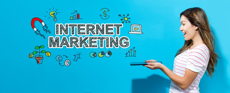 Μάρκετινγκ Διαδικτύου με τη γυναίκα που χρησιμοποιεί μια ταμπλέτα στοκ φωτογραφία με δικαίωμα ελεύθερης χρήσης