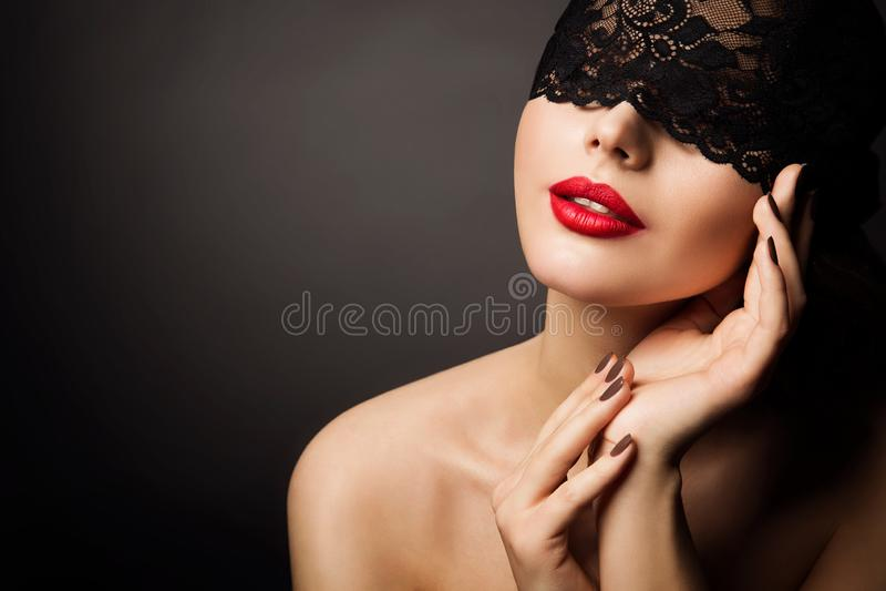 Μάσκα δαντελλών και κόκκινα χείλια, όμορφη φαντασία γυναικών, μαύρο νέο πρότυπο πρόσωπο δορών επιδέσμων στοκ φωτογραφίες