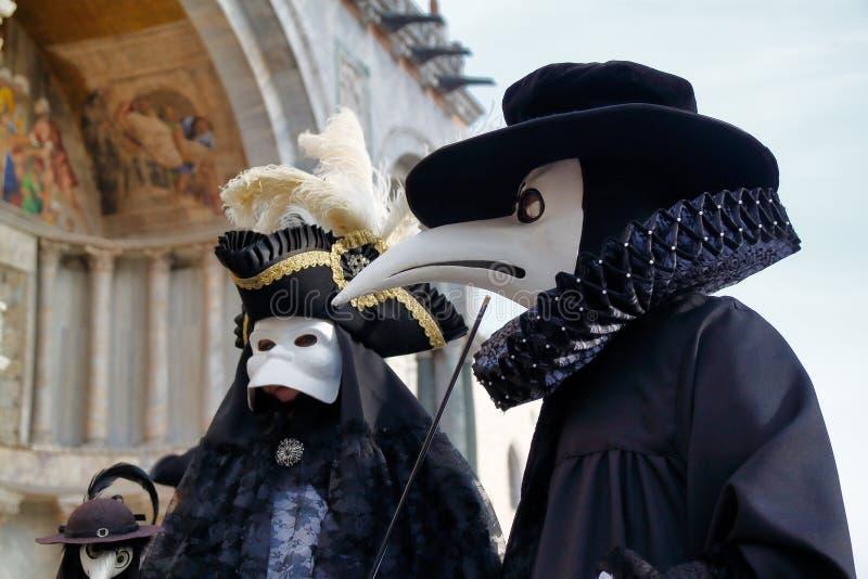 Μάσκα και κοστούμι καρναβαλιού μαύρος-άσπρη στο παραδοσιακό φεστιβάλ στη Βενετία, Ιταλία στοκ εικόνες