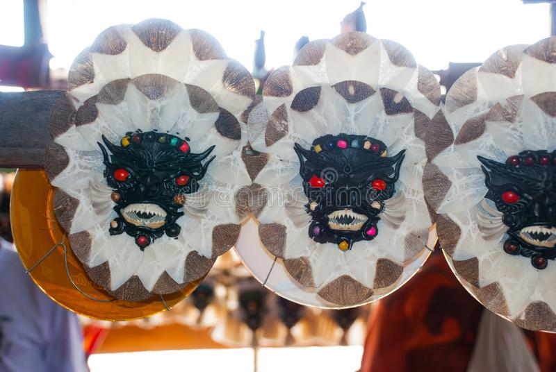 Μάσκα Τα αναμνηστικά στο τροπικό δάσος του Αμαζονίου έκαναν από τα τοπικά καρύδια και τα ζώα κοντά σε Iquitos Αγορά για τους τουρ στοκ εικόνα