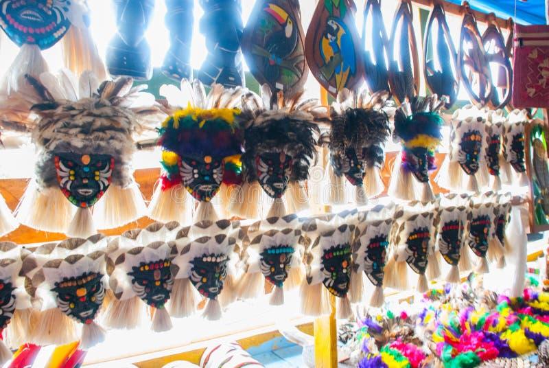 Μάσκα Τα αναμνηστικά στο τροπικό δάσος του Αμαζονίου έκαναν από τα τοπικά καρύδια και τα ζώα κοντά σε Iquitos Αγορά για τους τουρ στοκ εικόνες με δικαίωμα ελεύθερης χρήσης