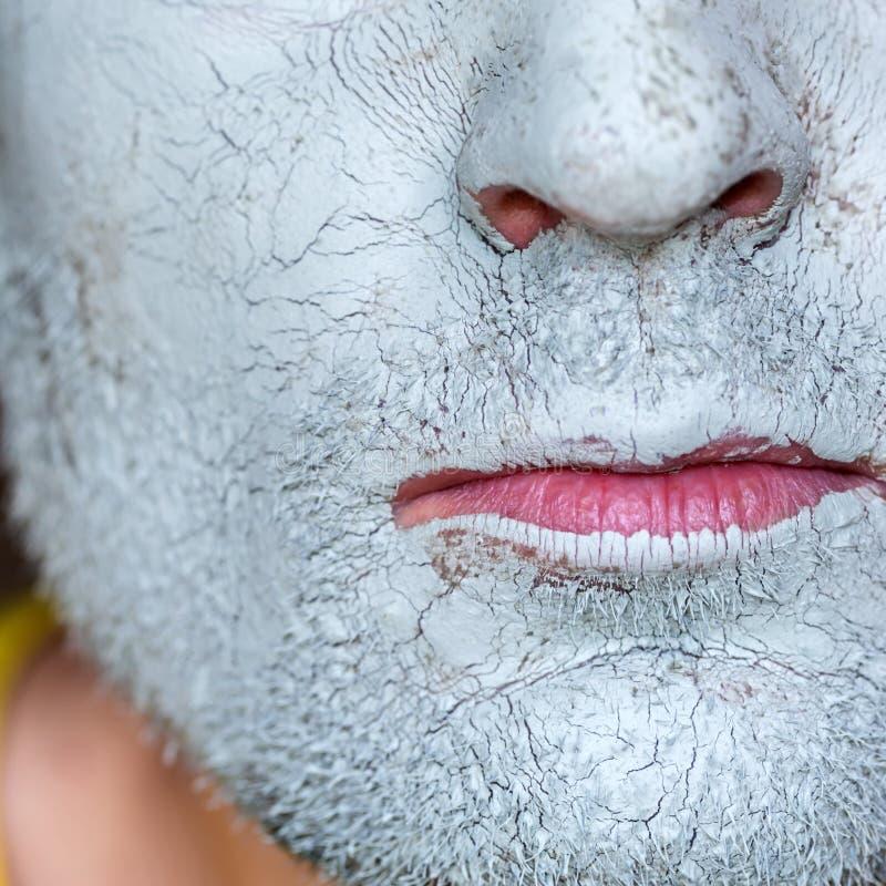 Μάσκα του μπλε αργίλου στο πρόσωπο ατόμων στοκ φωτογραφία με δικαίωμα ελεύθερης χρήσης