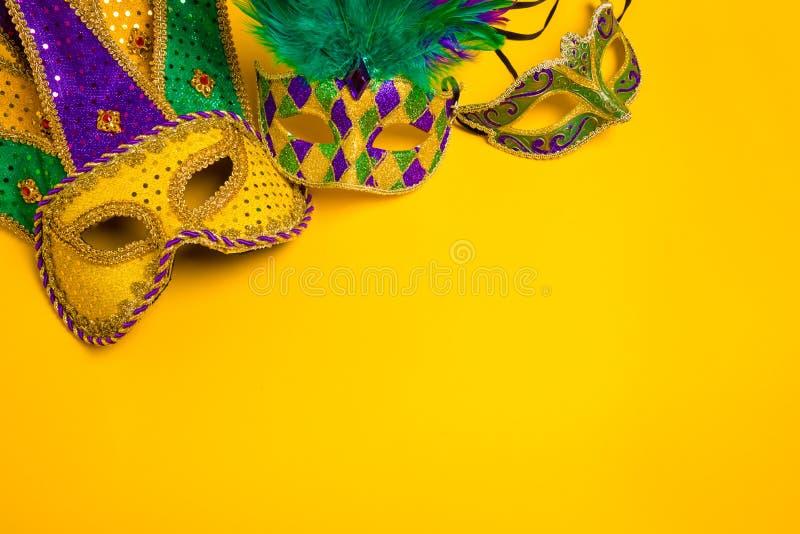 Μάσκες της Mardi Gras στο κίτρινο υπόβαθρο στοκ εικόνες