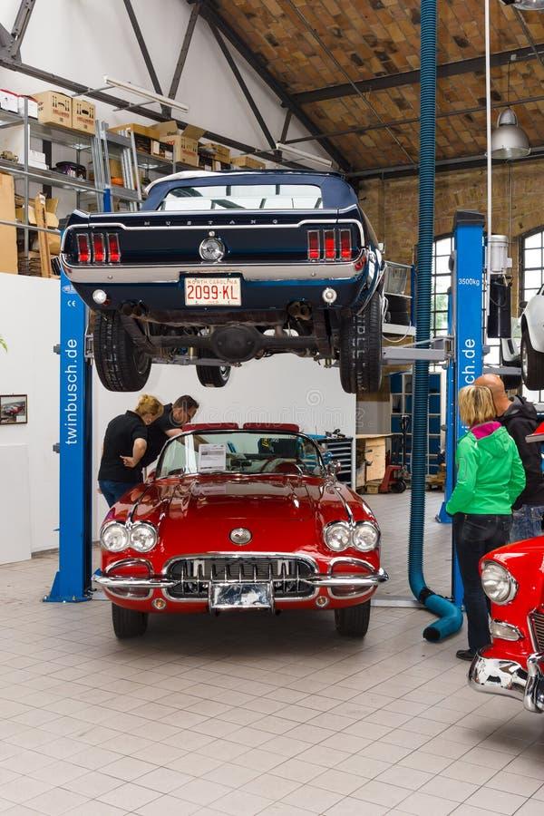 Μάστανγκ της Ford και δρόμωνας Chevrolet στο εργαστήριο στοκ φωτογραφίες