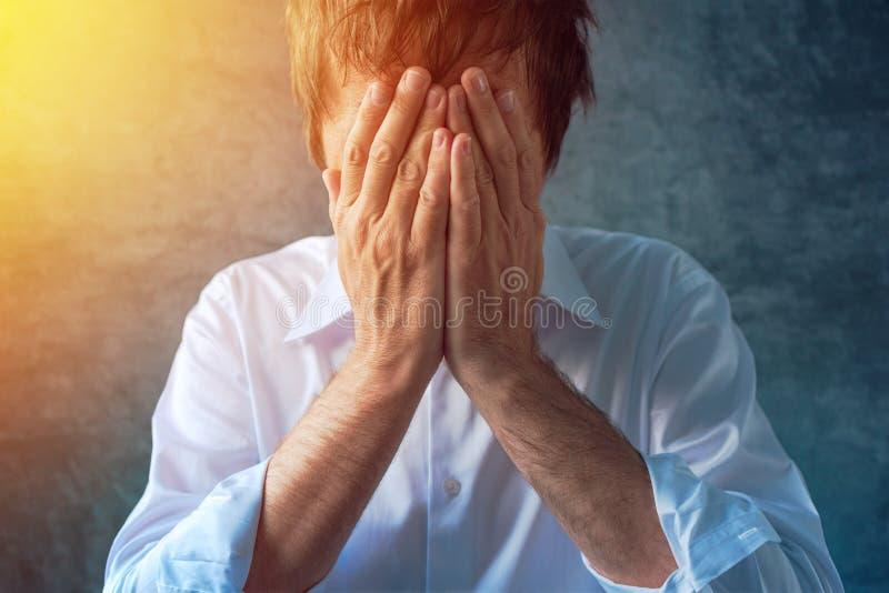 Μάταιος καταθλιπτικός επιχειρηματίας, χέρια που καλύπτει το πρόσωπο στοκ φωτογραφία