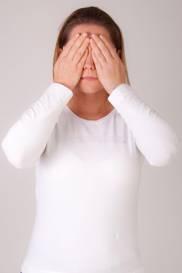 μάτια η κρύβοντας γυναίκα &tau στοκ εικόνες