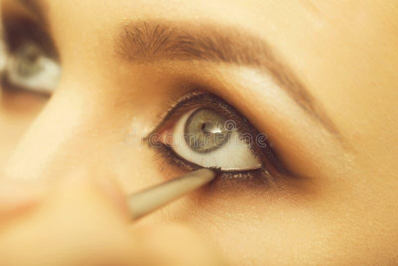 Μάτια του κοριτσιού που παίρνουν makeup περιγράφοντας με τη μαύρη σκιά στοκ φωτογραφία με δικαίωμα ελεύθερης χρήσης