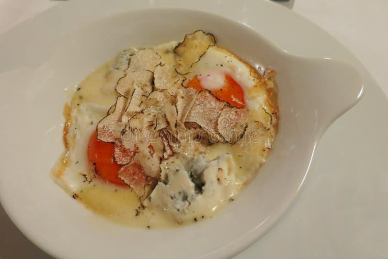 Μάτι αυγών του τυριού gorgonzola βοδιών και της μαύρης τρούφας στοκ εικόνα με δικαίωμα ελεύθερης χρήσης